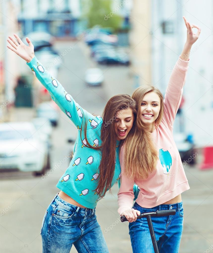 e5956e7f08 Csípő barátnők vesz egy városi összefüggésben - a barátság és a szórakozás  új trendek és a technológia koncepció - selfie eternalizing a pillanat-val  ...