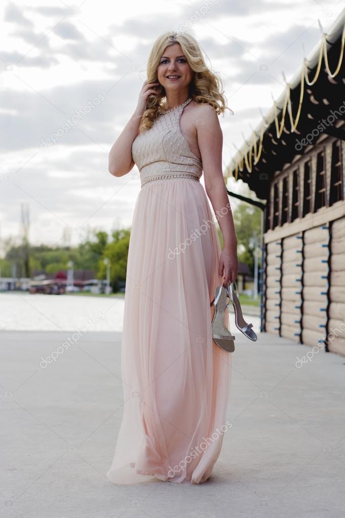 Blonde Frau im Abendkleid am See — Stockfoto © NewNow #72933043