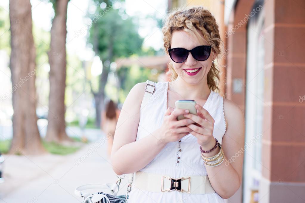 девушка кудрявая блондинка