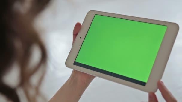 Frau zu Hause mit Hilfe elektronischer tablet