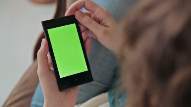žena používající mobilní telefon
