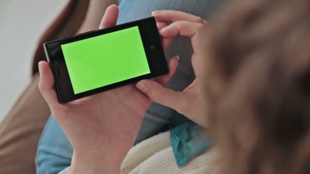 mobiltelefont használó nő