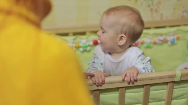 Dítě v postýlce zelená