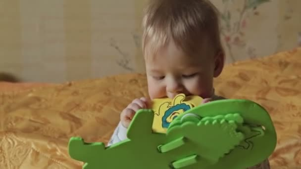 Chlapeček má v její ústa světlé hračka v domě