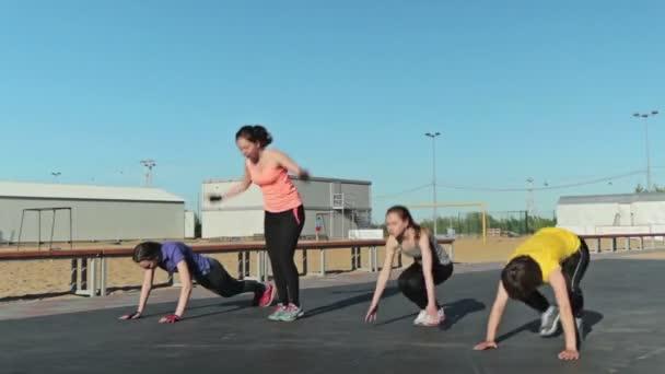 Holky dělají burpee, cvičení a další cvičení