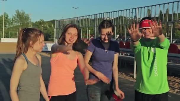 Gruppe junger Fitness-Leute schwenkt ihre schmutzigen Handflächen