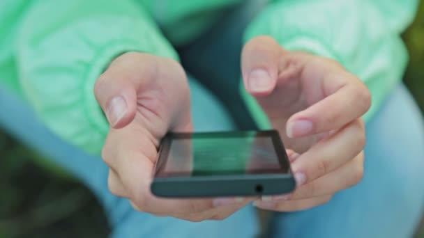 zblízka ženy pomocí chytrý mobilní telefon