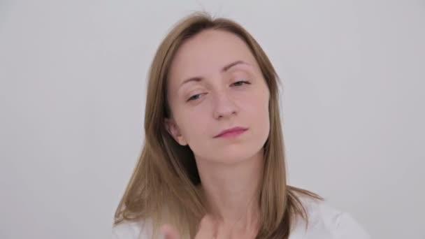Fiatal, csinos nő fésülködés a haját