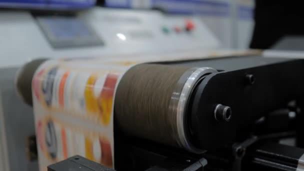 Dopravník přesouvacího stroje s rychle se pohybujícími tištěnými štítky