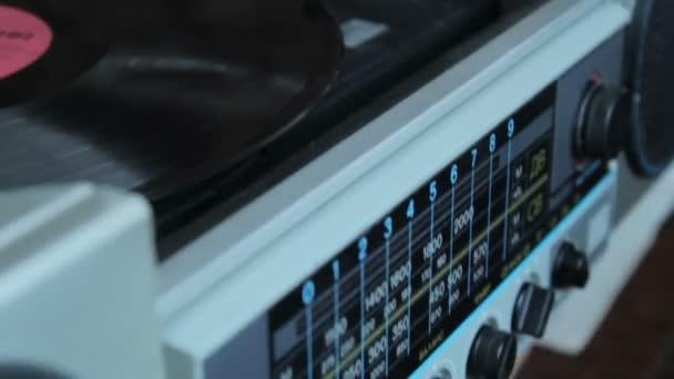 Rekordní vinyl na gramofonu v ročníku barevný tón