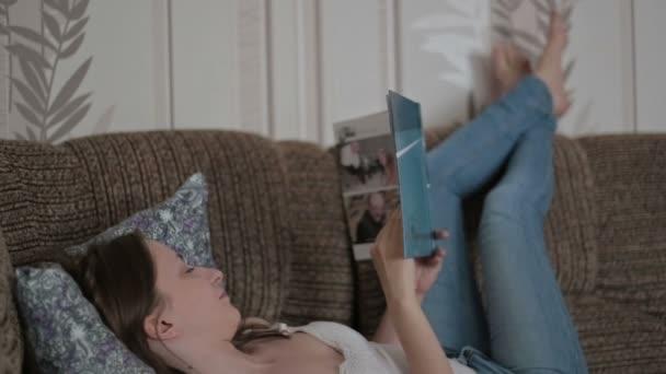 mladá žena s knihou na gauči