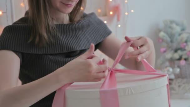 Šťastná mladá žena přivázat v přídi na vánoční krabičce
