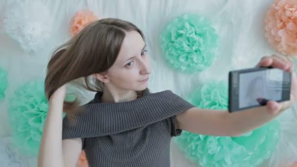 junge hübsche Frau macht Selfie im Fotostudio