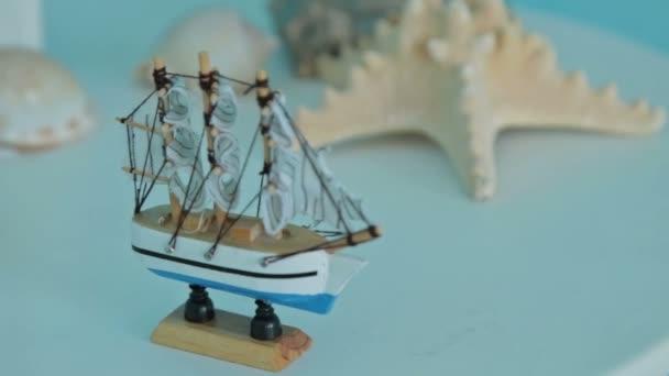 Hračky loď na stole