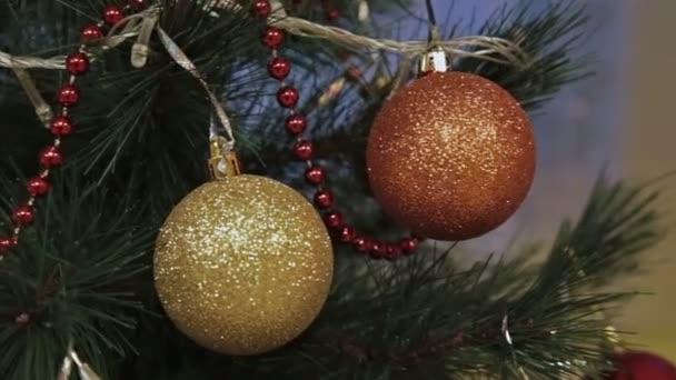 Két golyó díszített karácsonyfa ága