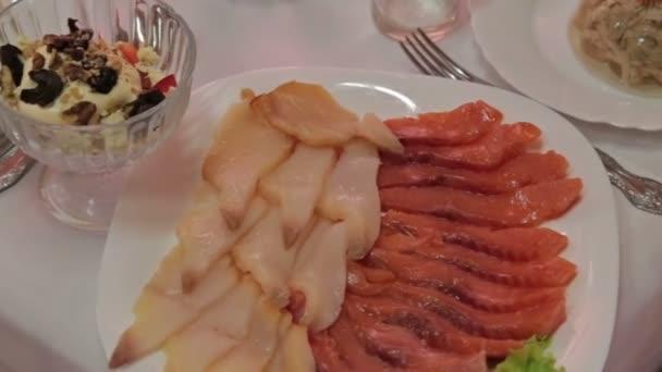 Krásně zdobené stravování banket stůl s deskou s rybami