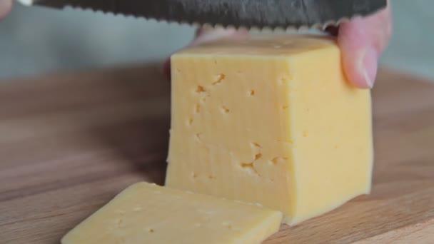 Žena řezaného kusu sýra
