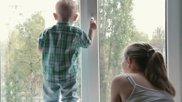 Matka a dítě při pohledu z okna