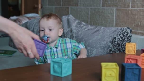Dítě hrající hračka bloky