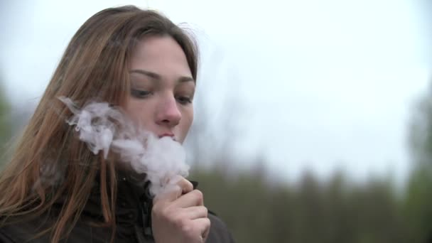 Mladá žena kouření vodní dýmky venkovní zpomalené