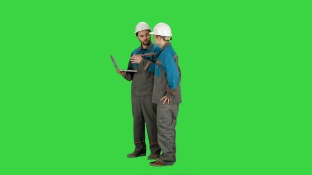 Autorità di vigilanza utilizzando il computer portatile al cantiere su uno schermo verde, Chroma Key