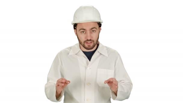 Stavební dělník na stavbě mluví do kamery na bílém pozadí
