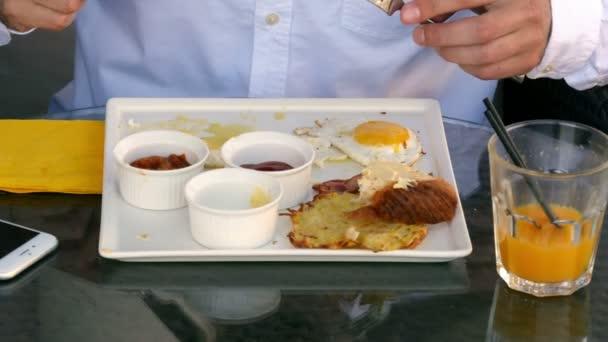 Doba snídaně s vejci v kavárně
