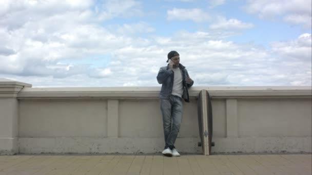 Skateboardista stálé venkovní a mluvící telefon .
