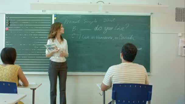 Megtanul angol magabiztos gyönyörű nő tanár kréta tábla