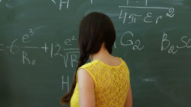 Mladí studenti na tabuli nebo tabuli během matematické třídy