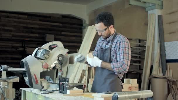 Tesař, pracovní dřevěné prkno v dílně