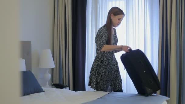 žena turistické skončila balit kufr, v hotelu