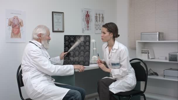 zhenshina-osmatrivaet-muzhchinu-patsienta-video