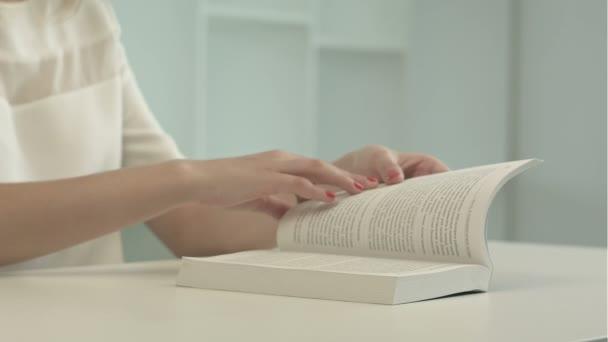 lány elolvassa a könyvet