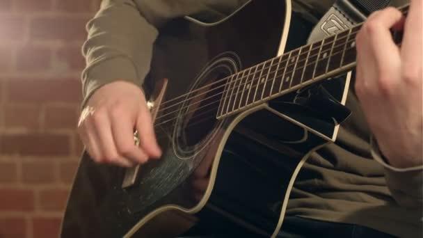 kytara v mužských rukou