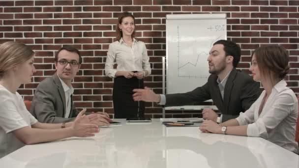 podnikatelka dává prezentace na flipchart. obchodní jednání v kanceláři
