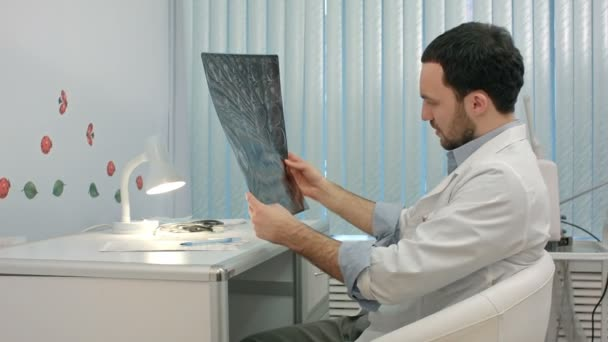 Doktor na RTG snímek plic v nemocnici