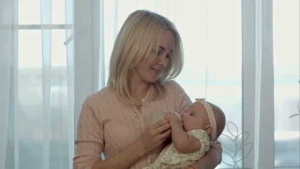 matka krmení dítěte