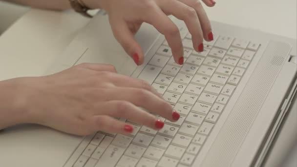 žena ruce na klávesnici