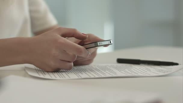 nő a mobiltelefon sms küldése