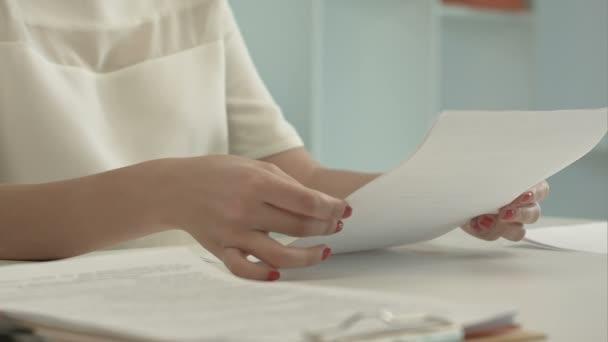 Žena, trhání papíru