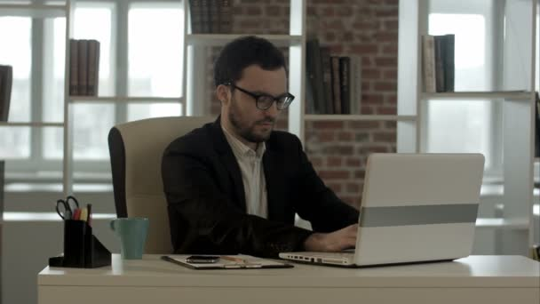 podnikatel, psaní na klávesnici srandovní brýle
