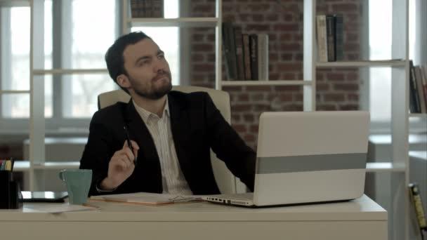 mladý podnikatel, sedí v kanceláři, Hledat nápad