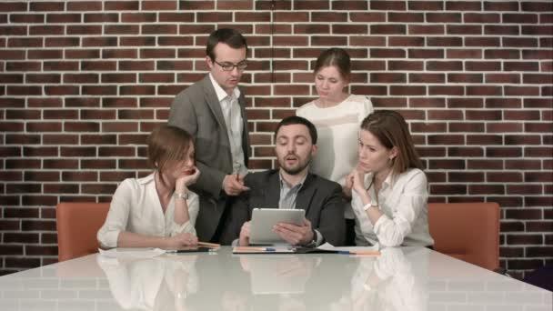 podnikatelé s digitálním tabletu s setkání v kanceláři