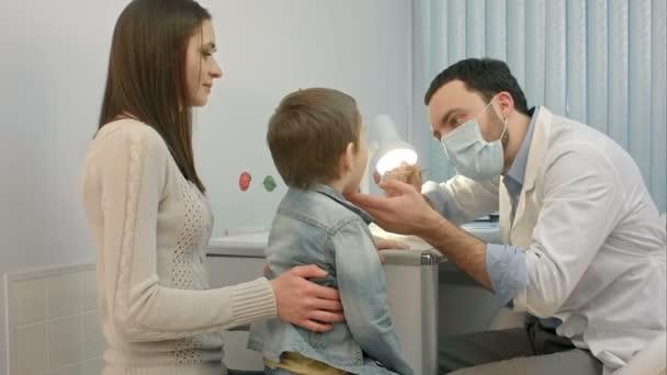 pediatr kontrola malého chlapce v krku