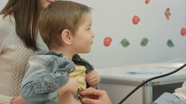 nemocnice: doktor kontroluje tep mladík