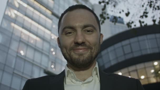 Podobizna muže obchodní vtip a ukazovat jazyk proti kancelářská budova