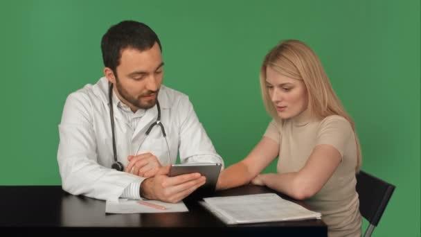 Lékař používání digitálního tabletu rozhovor s pacientem na zelené obrazovce, klíč Chroma