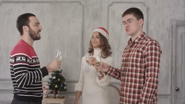 Kolegové, cinkání sklenic na vánočním večírku