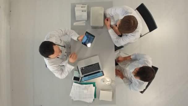 Timelapse nemocnice, lékařské vzdělání, zdravotní péče, lidé a medicína koncept - happy lékařů s počítači tablet pc, setkání v ordinaci. Pohled shora